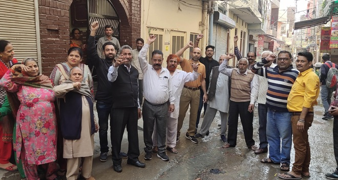 Pujawala residents protest overflowing sewage