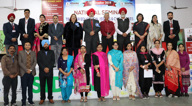 Academicians discuss challenges in higher education