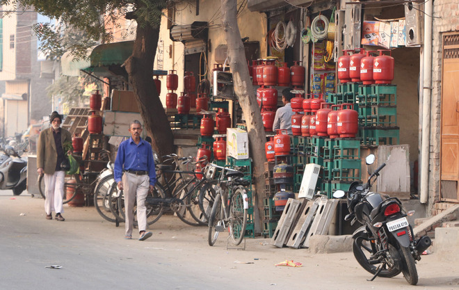 Sans any check, sale of illegal LPG cylinders goes on in city