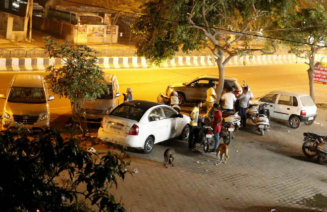 Drinking in cars at public places goes on unchecked