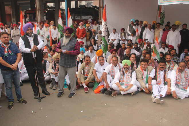Cong holds protest, says Centre pursuing anti-people policies