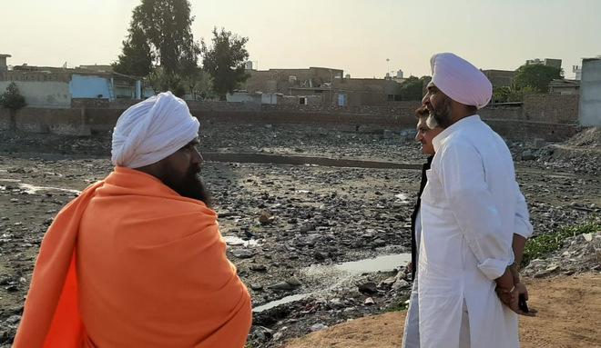 Manpreet reviews desilting work at Sanjay Nagar pond