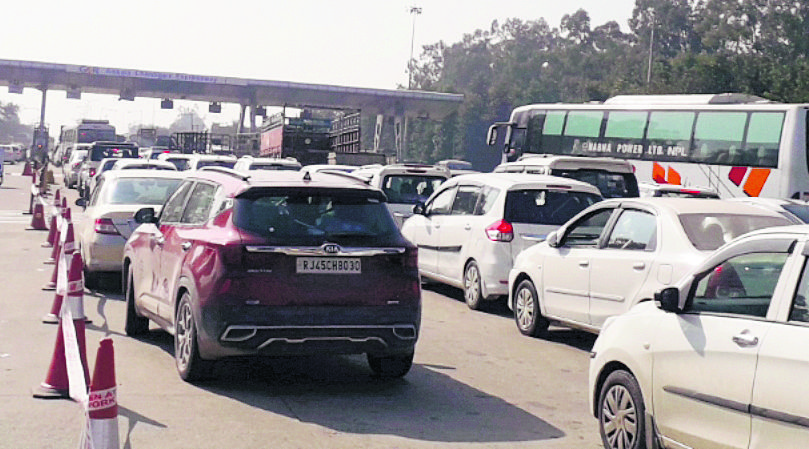 Long queues at cash lanes take a toll on commuters