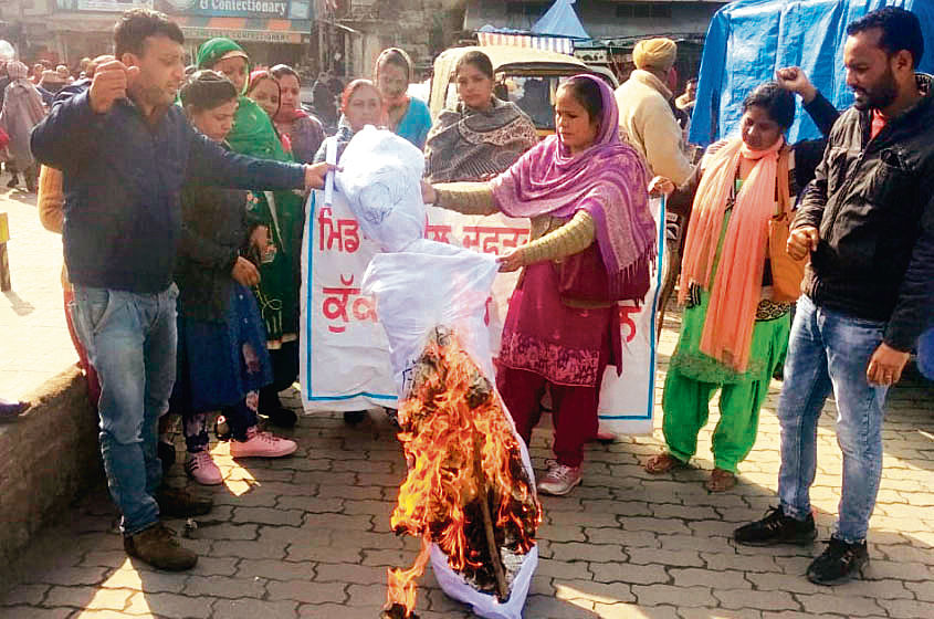 Midday meal workers demand salary hike