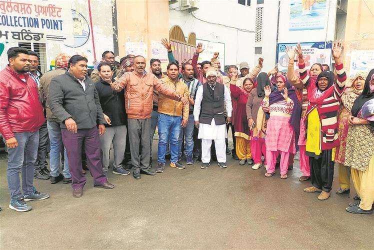 Safai karamcharis hold  protest outside MC office