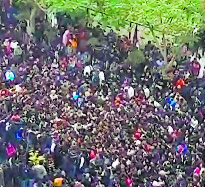 Teachers hold protest, burn minister's effigy