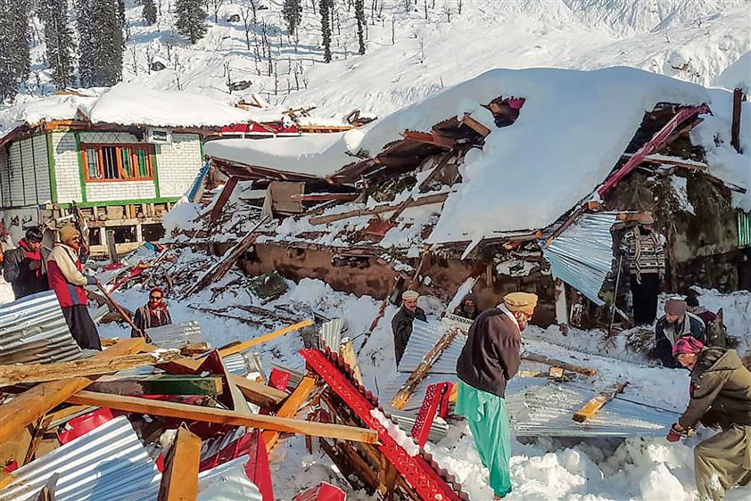 5 soldiers, BSF man among   12 die in Kashmir avalanches
