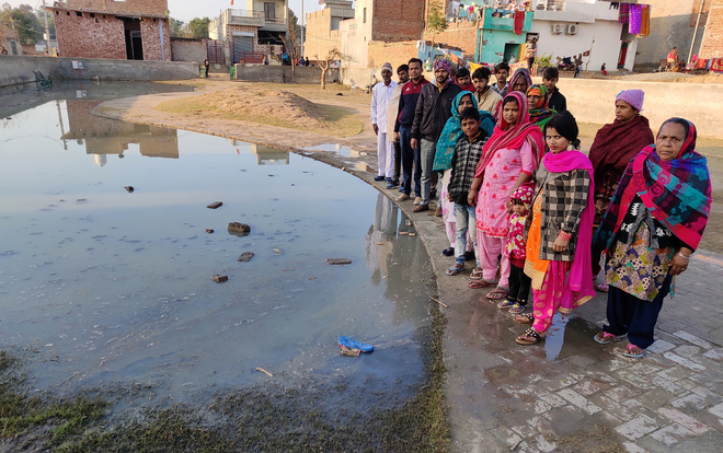 Arjun Nagar residents hold protest over sewage overflow