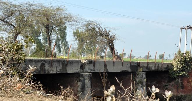 Broken railings at bridges a threat in foggy weather