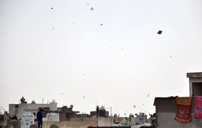 Despite ban, kite fliers use Chinese string on festival