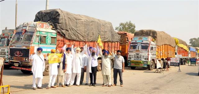 Farmers seize paddy laden trucks from UP in Amritsar