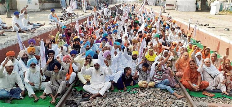 Blockade stays, Punjab on brink