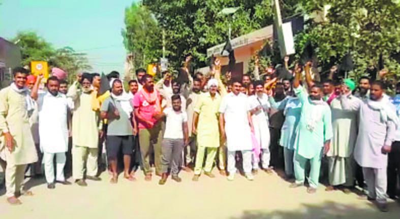 Now, Raja Warring faces farmers' wrath, shown black flags