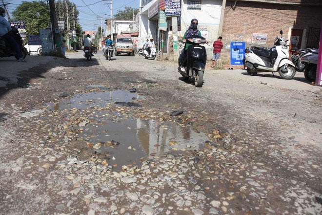 Dugri-Dhandra Road commuters' bane