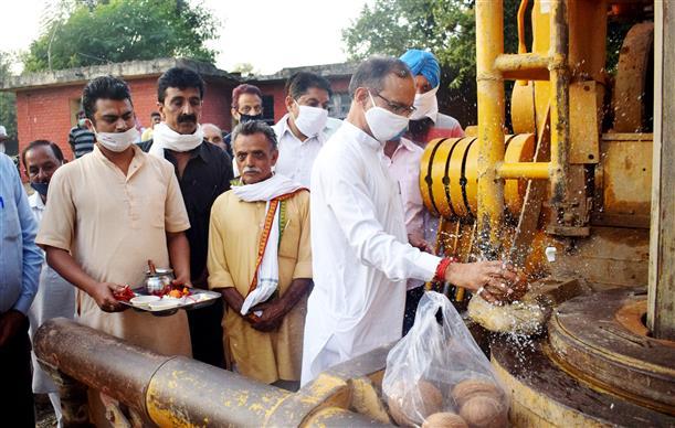 Satpal Singh Satti lays stone of drinking water scheme at Una village