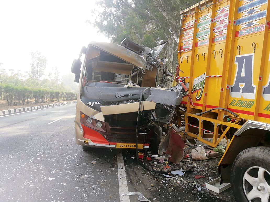 Migrant couple killed, 9 others injured in bus-truck collision