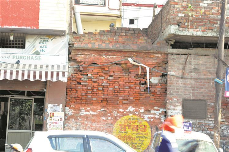 Going, going, gone! Historic wall around Golden Temple on verge of extinction