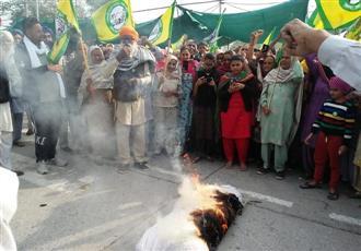 Angry over arrests, BKU burns Haryana Government effigies