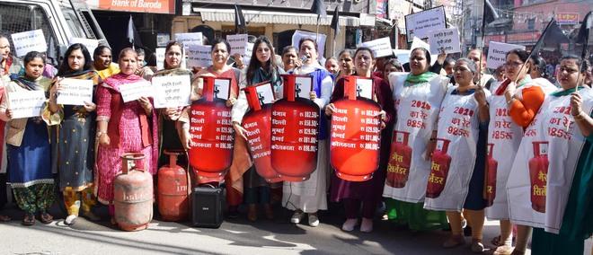 Cong slams Modi govt for LPG price hike