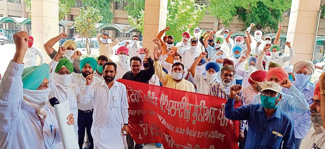 Flouting norms, union members protest without social distancing
