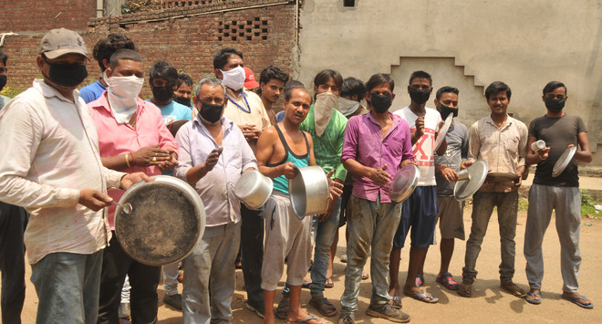 Migrant workers beat thalis in protest, seek wages, ration