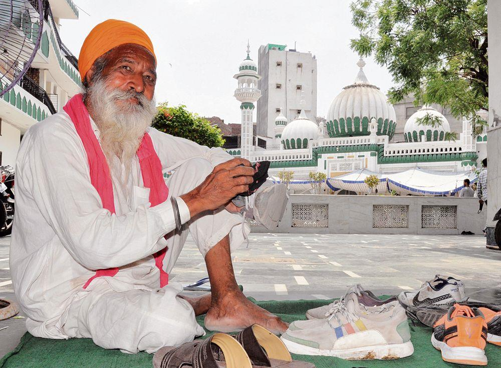 For 40 yrs, Sikh vendor performing sewa at mosque in Amritsar