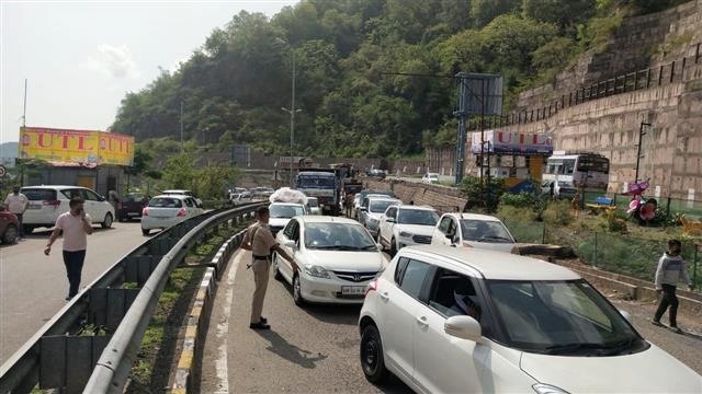 Influx of tourists at inter-state barrier at Parwanoo