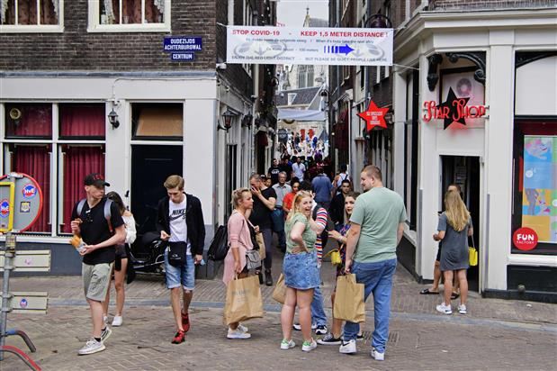 Amsterdam discourages red light district visits