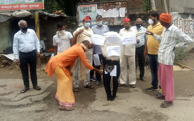SP protests overflowing sewers, dilapidated roads in Ludhiana