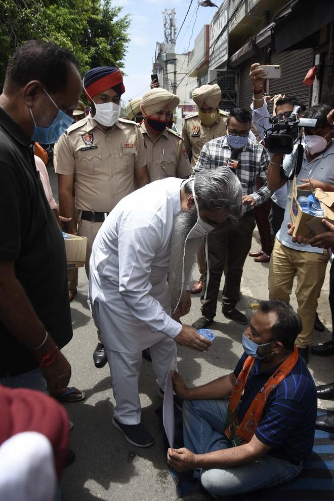 Morcha stages dharna, seeks CBI probe into hooch tragedy