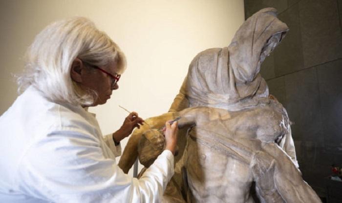 Restorers uncover new details in a Michelangelo Pieta