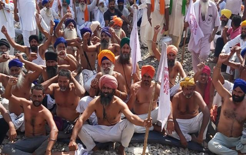 As protesters go bare-chested in Amritsar, scores of farmers join in