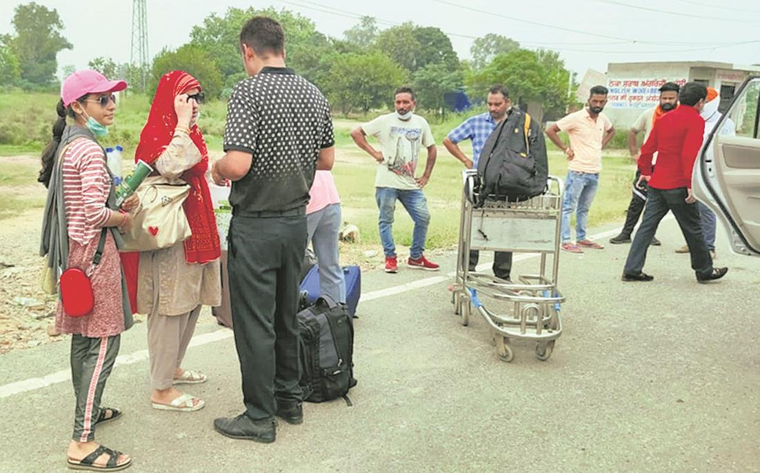 400 Indian nationals return from Pakistan, thank authorities