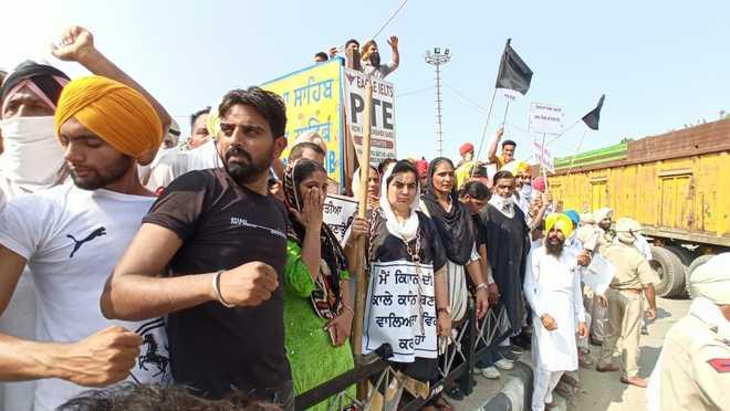 Badals shown black flags on their way to Takht Damdama Sahib