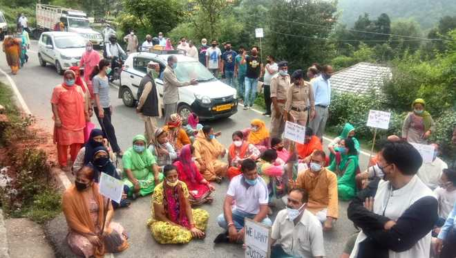 Protest over poor condition of Pathankot-Mandi NH