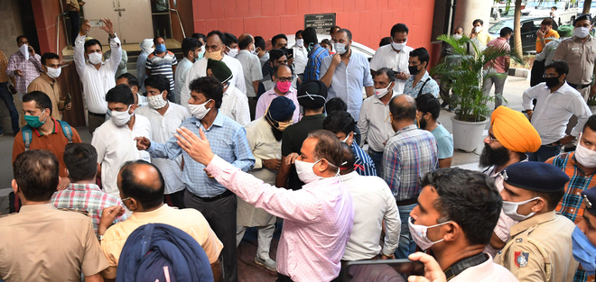 BJP leaders, traders 'rough up' MC chief's secy, trigger protest