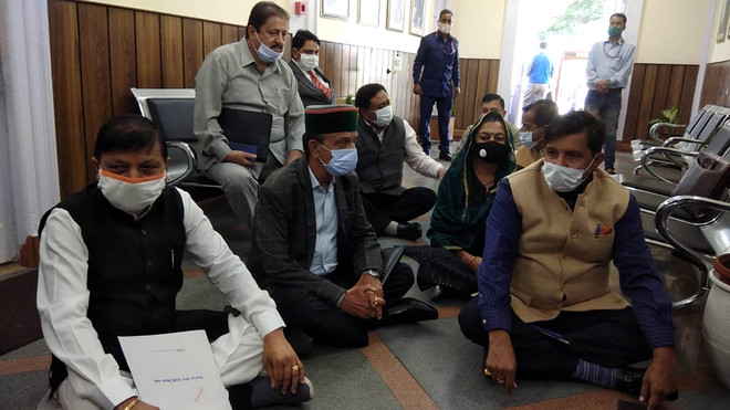 Stating voice not being heard, Cong holds dharna
