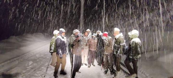 Over 300 tourists stuck in heavy snow near Atal Tunnel at Rohtang rescued